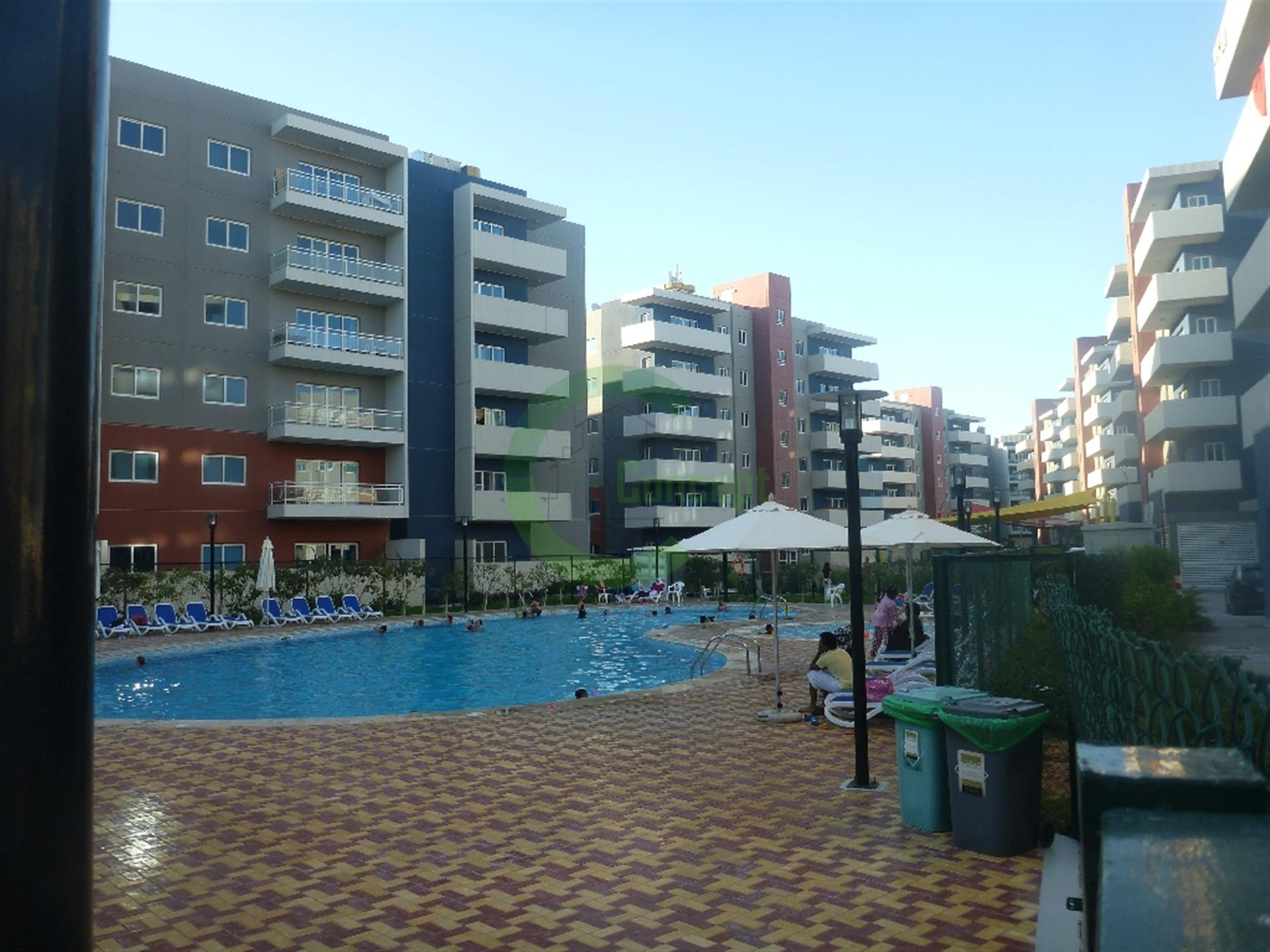Next to the pool: vacant 1BR apt w/ dressing